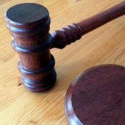 na stole sędziowskim